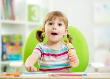 Disegno emozionale della ragazza del bambino con colourful fotografia stock