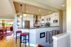 Disegno interno della cucina. Armadietti e barra bianchi. Fotografia Stock