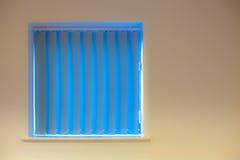 Disegno interno moderno Ciechi blu di verticale sopra la finestra sull'urlo fotografia stock