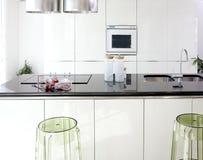 Disegno interno pulito della cucina bianca moderna immagini stock libere da diritti