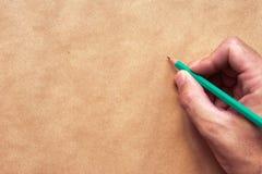 Disegno maschio dell'artista di schizzo e dell'illustratore con la matita Fotografia Stock