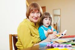 Disegno maturo della neonata e della donna con le matite Fotografia Stock