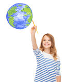 Disegno sveglio della bambina con il pianeta Terra della spazzola Fotografia Stock