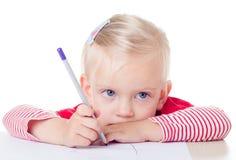 Disegno sveglio della bambina con le matite fotografie stock