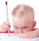Disegno sveglio della bambina con le matite immagine stock libera da diritti