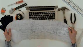 Disegno tecnico di spiegazione dell'architetto durante la video chiamata sul computer portatile Immagine Stock