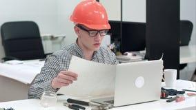 Disegno tecnico di spiegazione dell'ingegnere durante la video chiamata tramite computer portatile stock footage