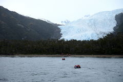 Disembarkation turyści od statku wycieczkowego Aguila lodowiec w południowym Patagonia Fotografia Stock