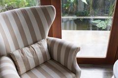 Diseño de estilo moderno de la sala de estar interior con muebles del sofá Imágenes de archivo libres de regalías