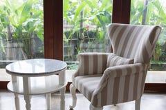 Diseño de estilo moderno de la sala de estar interior con muebles del sofá Fotos de archivo