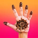 Diseño de la alheña en la palma de la pendiente del color de la mano Imágenes de archivo libres de regalías