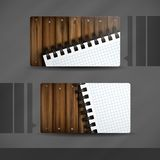 Diseño de la tarjeta de visita con la textura de madera. Fotos de archivo
