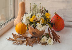 Diseño de la ventana del otoño con una calabaza Foto de archivo