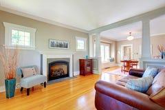 Diseño interior de la sala de estar natural suave hermosa. Foto de archivo libre de regalías