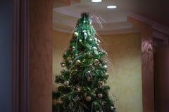 Diseño interior del sitio de la Navidad, árbol de Navidad adornado por los juguetes de los regalos de los presentes de las luces Foto de archivo