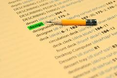 DISEÑO - Las palabras destacan en el libro y el lápiz Imagenes de archivo