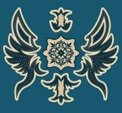 Diseño lujoso abstracto de la heráldica - diseño gráfico de la camiseta con las puntadas y los remaches Imagen de archivo