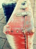 Diseño retro del estilo de las maletas viejas antiguas lamentables hermosas del vintage Viaje del concepto Foto entonada Imagen de archivo
