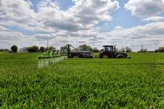 Diserbanti di spruzzatura del giacimento di grano dell'agricoltore Immagine Stock Libera da Diritti