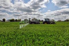 Diserbanti di spruzzatura del giacimento di grano dell'agricoltore Immagini Stock Libere da Diritti