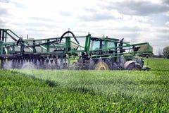 Diserbanti di spruzzatura del giacimento di grano dell'agricoltore Fotografia Stock Libera da Diritti