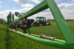 Diserbanti di spruzzatura del giacimento di grano dell'agricoltore U Immagini Stock Libere da Diritti
