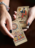 Diseur de bonne aventure montrant des cartes de tarot de vintage Photographie stock libre de droits