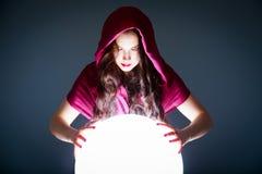Diseur de bonne aventure regardant dans Crystal Ball magique photographie stock libre de droits