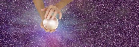 Diseur de bonne aventure tenant la boule de cristal sur la bannière de scintillement image libre de droits