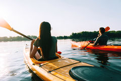 Disfrutando de aventura del río junto Fotos de archivo