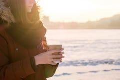 Disfrutando de la bebida caliente al aire libre en invierno Imagen de archivo libre de regalías