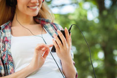 Disfrutando de su música preferida al aire libre. Fotografía de archivo libre de regalías