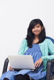 Mujer de negocios joven que sostiene un ordenador portátil y que disfruta de su trabajo Fotos de archivo libres de regalías