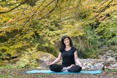 Disfrutar de ejercicio de la yoga Fotografía de archivo