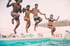 Disfrutar de la fiesta en la piscina Imagen de archivo