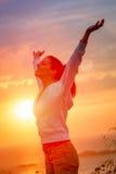 Disfrutar de la libertad y de la vida en puesta del sol Fotos de archivo