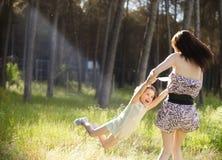 Disfrutar de la mama y del doughter Foto de archivo libre de regalías
