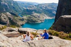 Disfrutar de la naturaleza con la opinión del fiordo en Noruega Fotos de archivo libres de regalías