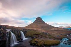 Disfrutar de la naturaleza de Islandia cerca de la cascada y de la montaña del kirkjufell imágenes de archivo libres de regalías