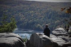 Disfrutar de la paz y callarse en Rocky Outcrop fotografía de archivo libre de regalías