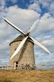 Disfrutar de la rotura durante viaje de la bici cerca del molino de viento foto de archivo libre de regalías