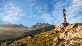 Disfrutar de la vista de las montañas fotos de archivo