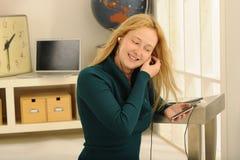 Disfrutar de música en auriculares Imágenes de archivo libres de regalías