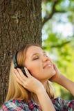 Disfrutar de música en parque. Foto de archivo