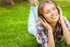 Disfrutar de música preferida en naturaleza. Foto de archivo