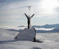 Disfrutar de nieve y de luz del sol Imagenes de archivo
