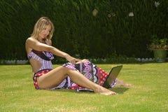 Disfrutar de practicar surf móvil Foto de archivo