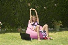 Disfrutar de practicar surf móvil Fotografía de archivo libre de regalías