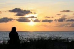 Disfrutar de puesta del sol en la costa atlántica Imagenes de archivo