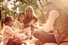 Disfrutar de su comida campestre de la familia fotografía de archivo